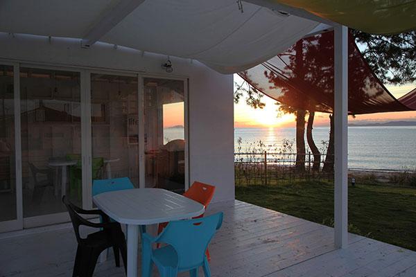 海⽔浴ができるキレイな⼩松浜ビーチが⽬前に広がる絶景のロケーションにあるグランピング施設『ブルードーム京都天橋立』